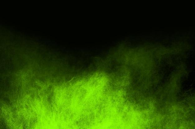 Stop de beweging van gepoederd groen op een zwarte achtergrond.