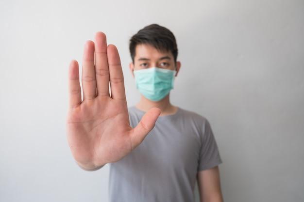 Stop de infectie! gezonde man die gebaar toont