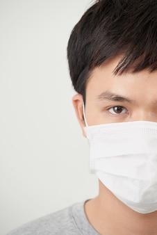 Stop de infectie gezonde man toont gebaar stop van man draag beschermend masker tegen