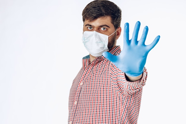 Stop de wereldwijde pandemie van coronavirus. portret van een man in overhemd met beschermend masker