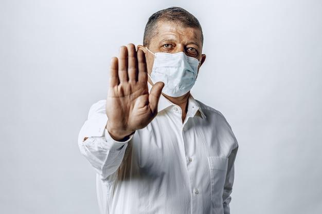Stop de wereldwijde pandemie van het coronavirus. portret van een man met beschermend masker