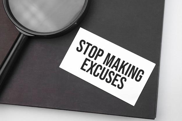 Stop met het maken van excuses woord op papier en vergrootglas.