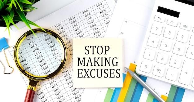 Stop met het maken van excussen tekst op sticker op diagram met vergrootglas en rekenmachine. bedrijfsconcept