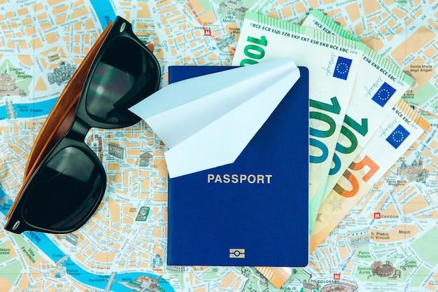 Stop met reizen vanwege het coronavirus. de covid-19-epidemie heeft het toerisme wereldwijd gestopt. sluiting van luchthavens en busstations. paspoorten op de kaart en stopbord.