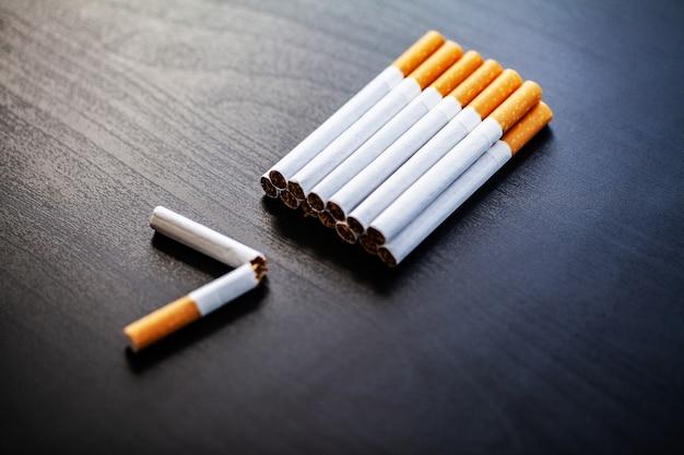 Stop met roken concept op achtergrond met gebroken sigaretten. hoop sigaretten. niet roken