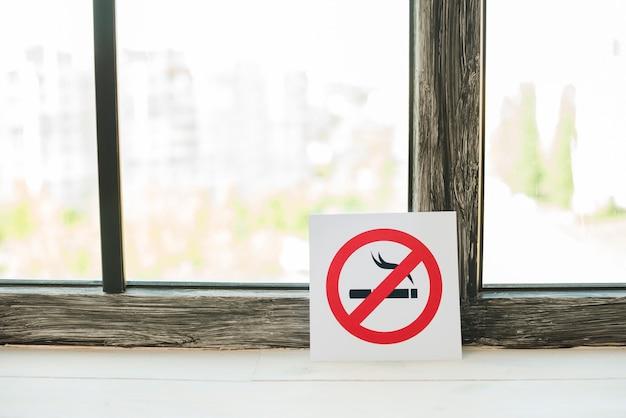 Stop met roken teken op de vensterbank
