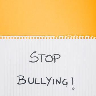 Stop pesten slogan op papieren blad