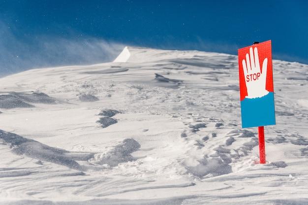 Stop signaal op de achtergrond van schilderachtige bergheuvels
