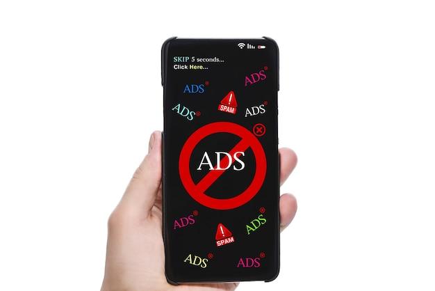 Stop spam en opdringerige reclamebannershand met mobiele telefoon met scherm met advertenties