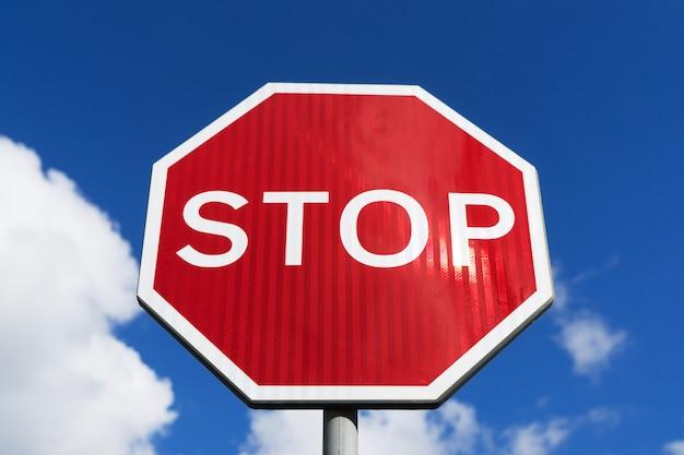 Stop teken blauwe hemelachtergrond. verkeersborden.