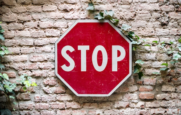 Stop verkeersbord gekoppeld aan bakstenen muur
