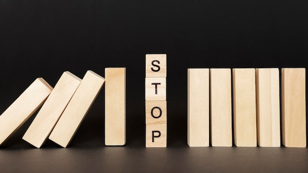 Stop woord op houten kubussen