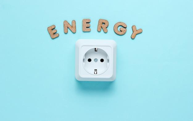 Stopcontact met het woord energie op blauwe oppervlak.