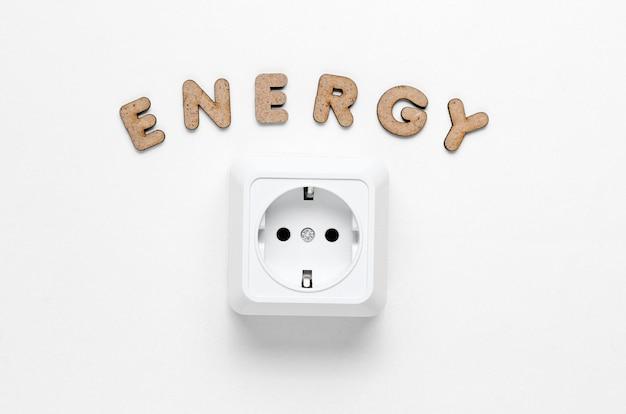 Stopcontact met het woord energie op wit