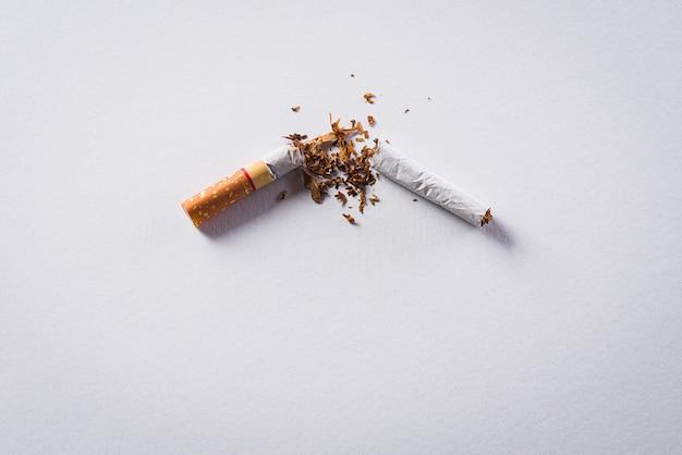 Stoppen met roken gemaakt met gebroken sigaretten.