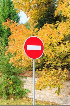 Stopteken. rond rood teken tegen de achtergrond van het de herfstbos