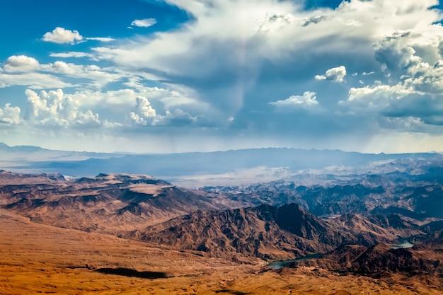 Storm nadert bergen in de buurt van las vegas