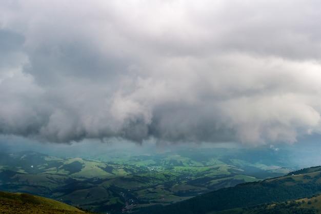 Storm regenachtige wolken boven de bergen.
