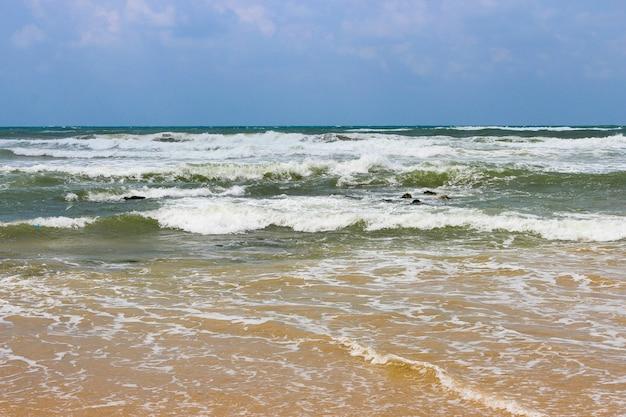 Stormachtig bewolkt weer op de zee en de golven
