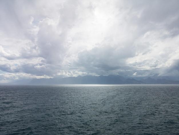 Stormachtig weer en donkere zeegolven