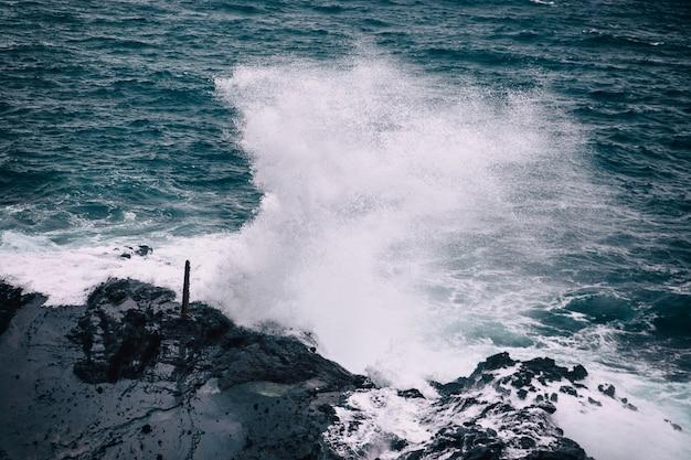 Stormachtig weer met grote golven op rotsachtige kustlijn van het eiland oahu, hawaii