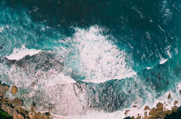 Stormachtige golven, aquamarijn oceaanwater, bali in indonesië