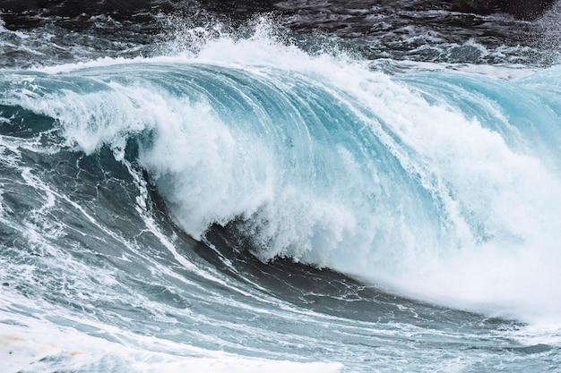 Stormachtige golven op het strand van mølin in streymoy, faeröer