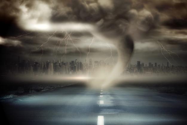 Stormachtige hemel met tornado over weg
