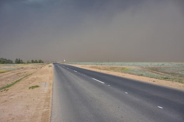 Stormachtige lucht op de snelweg, onweer in de steppe