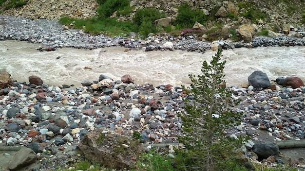 Stormachtige rivier stroomt in een bergkloof