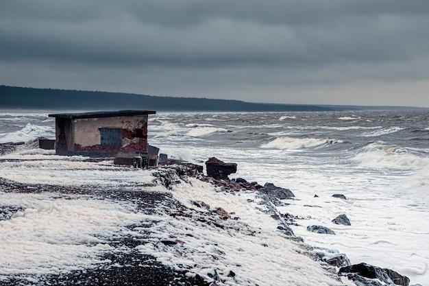 Stormachtige wintergolven op de witte zee