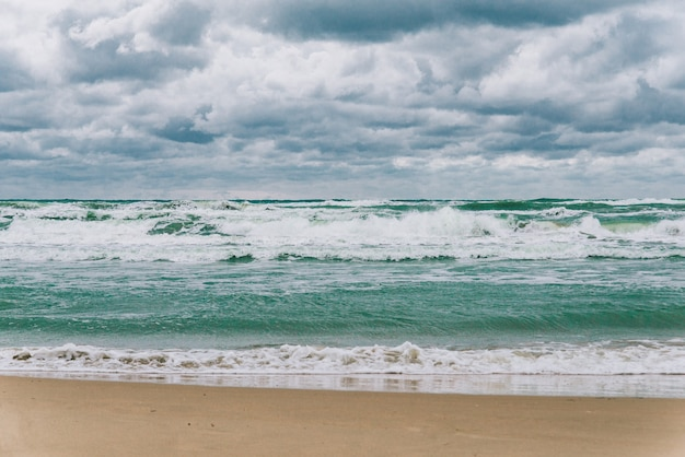Stormachtige zwarte zee in dagtijd