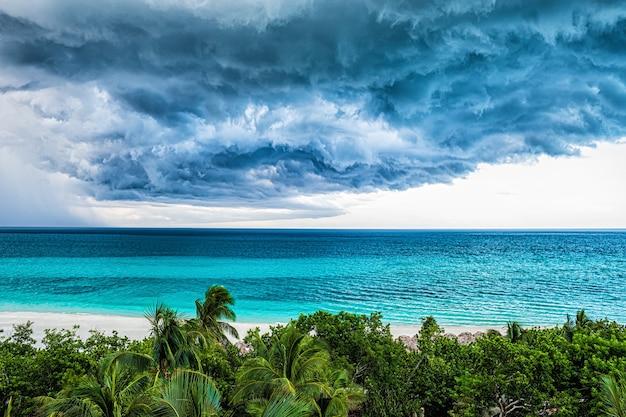 Stormwolk over oceaan en kustlijn