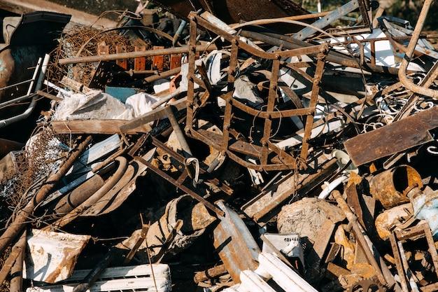 Stortplaats van oud roestig metaalafval