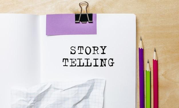 Story telling tekst geschreven op papier met potloden op het bureau in het kantoor