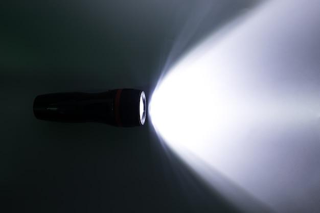 Straal van een flitslicht op een witte achtergrond