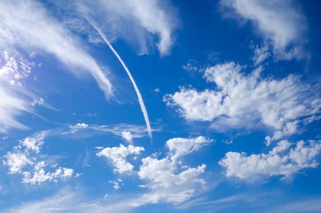 Straalrook en blauwe hemel