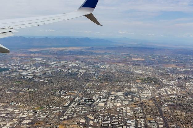 Straalvliegtuig komt binnen voor landing over phoenix skyline area, arizona us