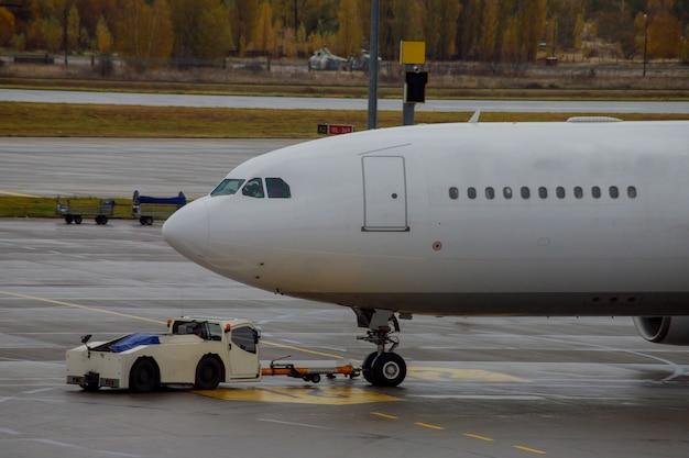 Straalvliegtuigen gedokt vliegtuig op de luchthaven bij het laden