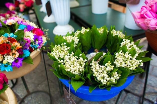 Straat bloemenwinkel. bloemen in vazen op straat.