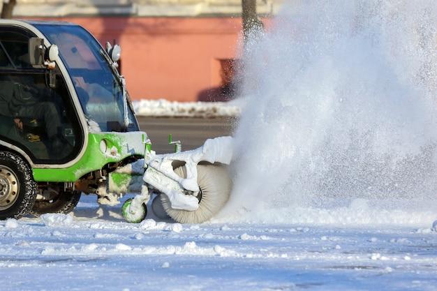 Straat die de stad van sneeuw schoonmaakt met behulp van speciale machines. winter transport
