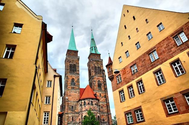 Straat en heilige sebaldus-kerk in neurenberg, duitsland