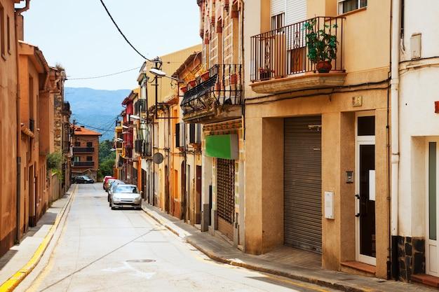 Straat in de catalaanse stad. breda