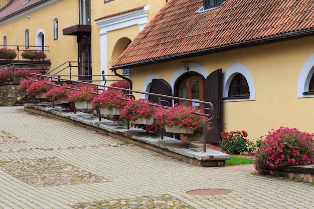 Straat in de oude stad met bloemen