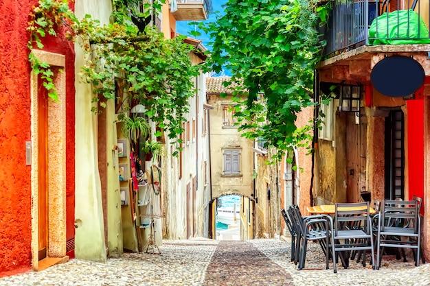 Straat in malcesine, italië