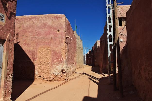 Straat in timimun verlaten stad in de woestijn van de sahara, algerije