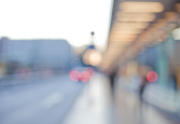 Straat met wit verlichte structuur en mensen