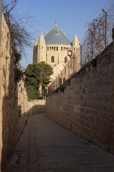 Straat naar de kathedraal van st. james in de oude stad van jeruzalem.