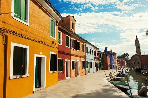 Straat op het eiland burano, venetië, italië