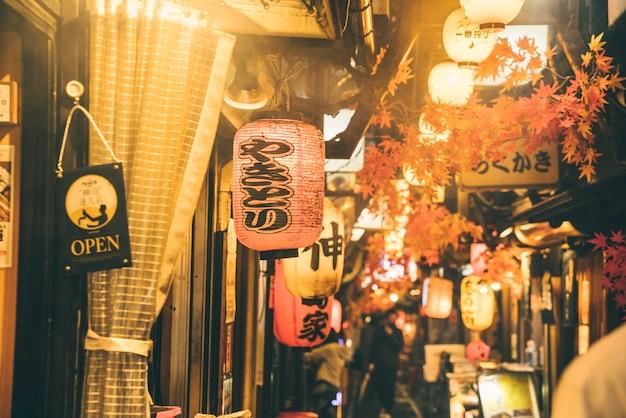 Straat 's nachts in de stad met mensen en lichten